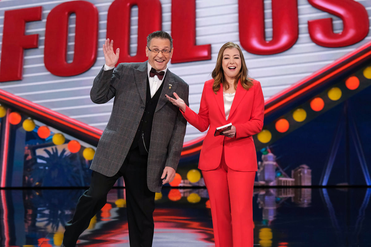 alyson hannigan hosts penn and teller fool us with magician